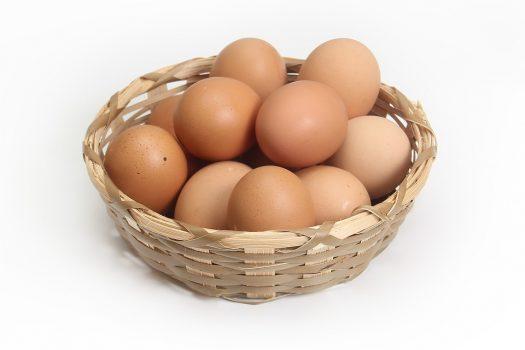 Diferenciar huevos crudos de cocidos